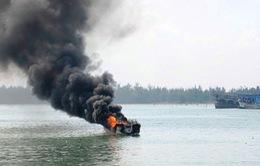 Bình Định: Nổ bình gas, 5 ngư dân rơi xuống biển, 1 người mất tích
