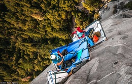 Thót tim với những nhà leo núi liều mạng cắm trại trên vách đá