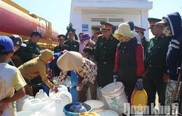 Quân khu 5 hỗ trợ nước sạch cho bà con vùng hạn tại Ninh Thuận