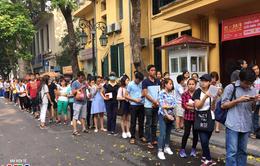 Độc giả xếp hàng dài xin chữ ký nhà văn Nguyễn Nhật Ánh