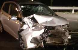Ô tô phóng ngược chiều bạt mạng gây tai nạn