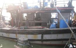 Nổ tàu cá trên biển, 8 ngư dân bị bỏng nặng