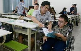 Hành trình gian nan của cậu sinh viên hiếu học bị bệnh teo cơ