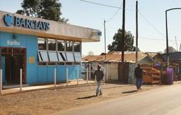 """""""Đại gia"""" ngân hàng Anh thoái lui khỏi châu Phi sau 100 năm hoạt động"""