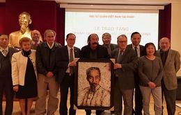 Nghệ sĩ Algeria trao tặng tranh chân dung Chủ tịch Hồ Chí Minh