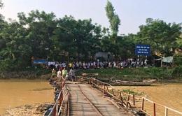 Va chạm xe máy trên cầu phao sông Chu, 2 người tử vong