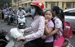 Sau cao điểm, việc không đội mũ bảo hiểm cho trẻ phổ biến trở lại