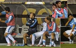 VIDEO: Cận cảnh Suarez nổi khùng trên băng ghế dự bị