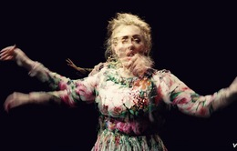 Adele đã đánh mất sự kiềm chế trong MV mới