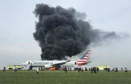 Máy bay hãng American Airlines bốc cháy ở Chicago