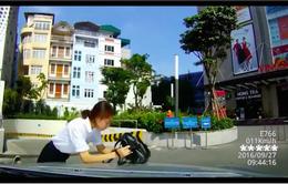 Lấy túi che nắng khi sang đường, cô gái suýt bị ô tô đâm