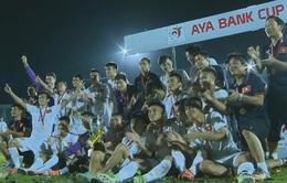VIDEO: Khoảnh khắc thầy trò HLV Hữu Thắng nhận cúp vô địch giải Tứ hùng ở Myanmar