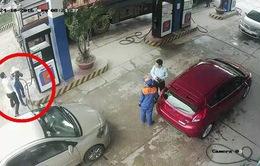 Tạm đình chỉ cán bộ ngân hàng đánh nữ nhân viên cây xăng