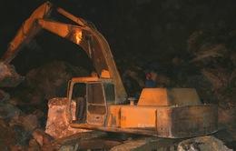 Bới tung hàng nghìn khối đất đá tìm nạn nhân mắc kẹt ở Thanh Hóa