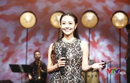 MC Thùy Linh rạng rỡ trong trường quay Nghệ sỹ tháng