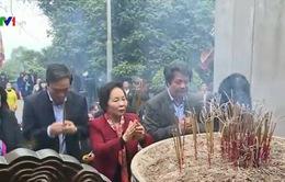 Phó Chủ tịch nước dâng hương tưởng niệm các Vua Hùng