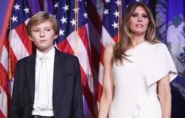 Vợ con ông Donald Trump bị quây kín khi đi ăn pizza