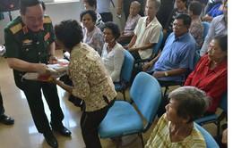 Bác sĩ Việt Nam mổ mắt từ thiện cho người dân Campuchia