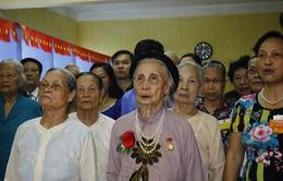 Cụ bà hơn 90 tuổi chống gậy đi bỏ phiếu