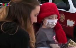 Bé gái ung thư bán nước chanh giúp đỡ bạn cùng cảnh ngộ