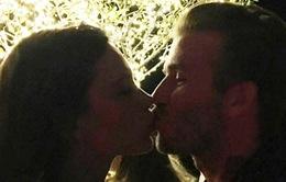 """Beckham """"khóa môi"""" Victoria nồng nàn đón năm mới"""