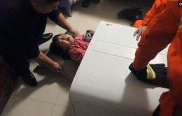 Cứu bé gái người Trung Quốc mắc kẹt trong máy giặt
