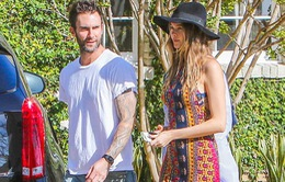 Adam Levine dắt vợ bầu đi chơi