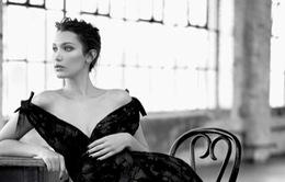 Bella Hadid khoe vai trần gợi cảm trên báo Nga