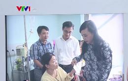 Bộ trưởng Bộ Y tế thăm, tặng quà bệnh nhi ung thư
