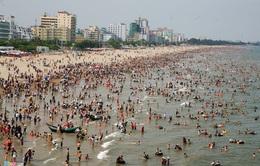 Biển Sầm Sơn đông nghẹt du khách ngày cuối tuần