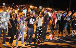 Người biểu tình tại Ferguson (Mỹ) bị xe hất tung