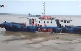 Bộ đội dầm mình trong lũ cứu dân