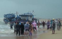 BĐBP Bình Định giúp dân khắc phục tàu cá bị sóng cuốn trôi