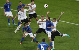 Jerome Boateng trở thành đề tài chế ảnh sau pha chơi bóng bằng tay khó tin