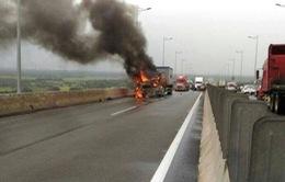 Ô tô cháy ngùn ngụt trên cao tốc Pháp Vân - Cầu Giẽ