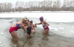 Trẻ em Nga rèn luyện trong giá rét mùa đông