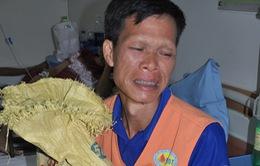 Bố khóc ròng khi chỉ có 40.000 đồng đưa con đi cấp cứu
