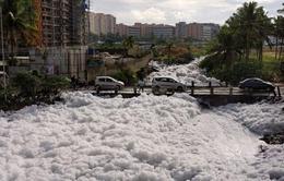 Bọt trắng bao phủ đường phố Ấn Độ