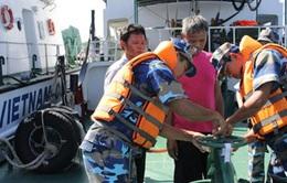 Bộ Tư lệnh Vùng Cảnh sát biển 4 bắt giữ tàu cá buôn lậu thuốc lá