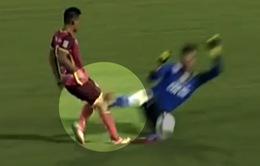 VIDEO: Pha vào bóng thô bạo, đáng nhận thẻ đỏ của thủ môn Bửu Ngọc với Duy Long