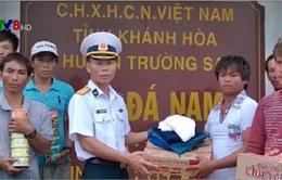 Quảng Ngãi: Bộ đội đảo Đá Nam cứu 10 ngư dân gặp nạn trên biển