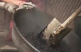 """Rợn người """"công nghệ"""" sản xuất cà phê như... nấu nhựa đường"""