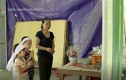 Mẹ mất vì ung thư, hai đứa trẻ nương tựa bà ngoại già yếu