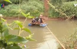 Tự căng dây qua sông, người dân đối mặt tử thần