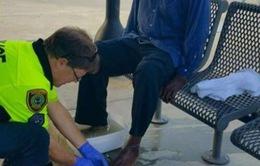Cảnh sát Mỹ rửa chân cho người vô gia cư