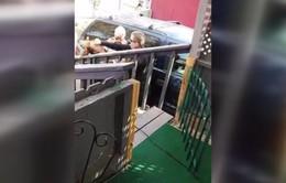 Tạm đình chỉ công việc cảnh sát đấm vào mặt nghi phạm nữ ở Mỹ