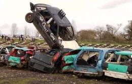 Chuyện lạ: Thi nhảy xa bằng... xe ô tô