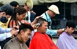 Người dân Hà Nội xếp hàng chờ cắt tóc miễn phí