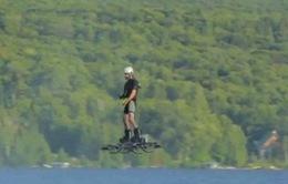 Bay trên không với ván trượt hoverboard