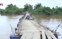 Nguy hiểm rình rập trên chiếc cầu phao chông chênh, tạm bợ